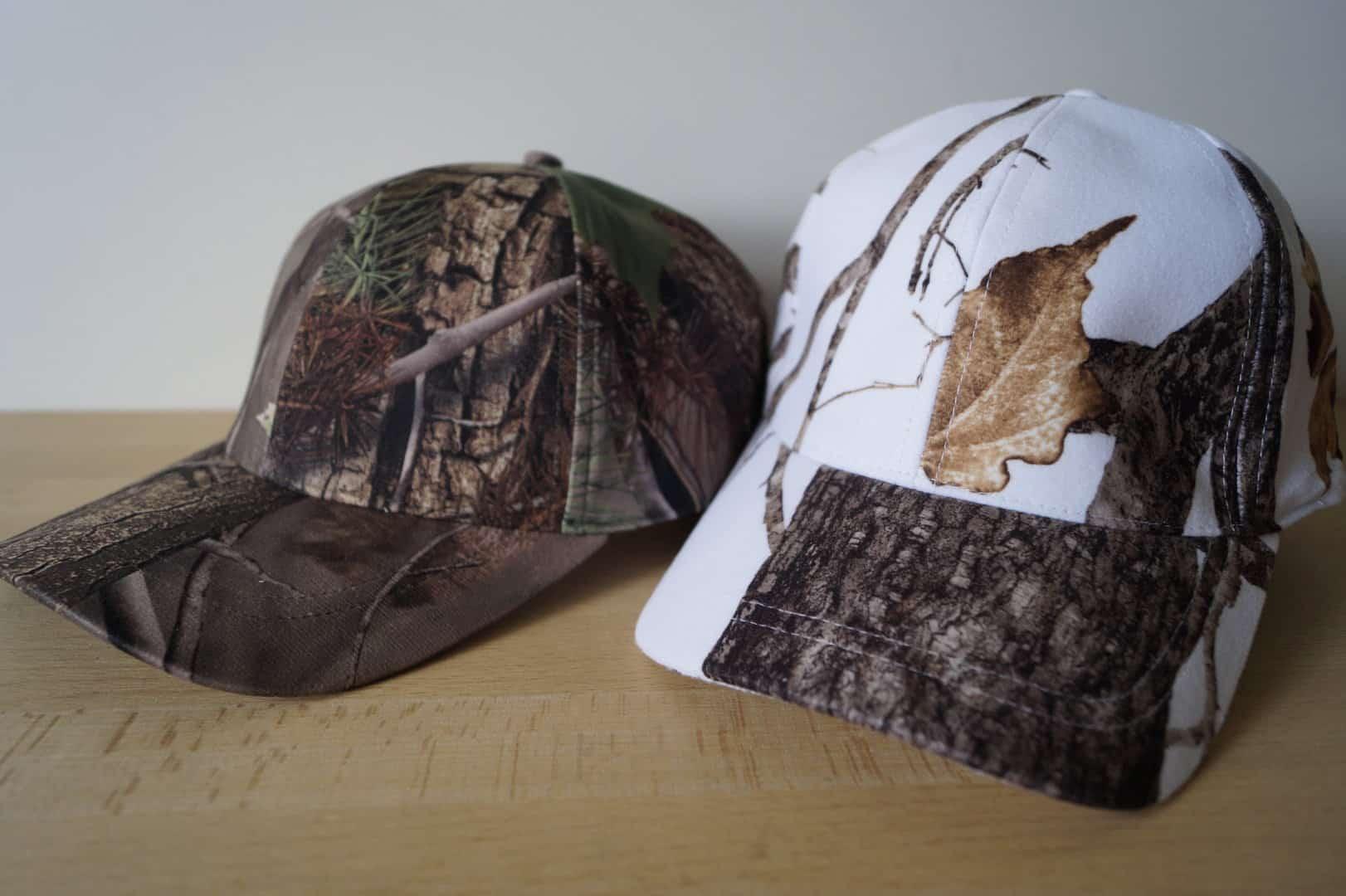 Deux casquettes de baseball